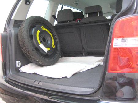 roue de secours galette ou kit anti crevaison la discussion page 8 touranpassion. Black Bedroom Furniture Sets. Home Design Ideas